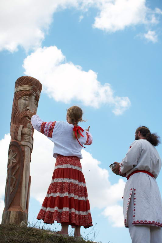 """Ukrainian Rodnovers worshipping Perun in Ternopil Oblast, Ukraine"" od Boryslav Javir – Made and uploaded by Boryslav Javir.. Licencováno pod GFDL via Wikimedia Commons - https://commons.wikimedia.org/wiki/File:Ukrainian_Rodnovers_worshipping_Perun_in_Ternopil_Oblast,_Ukraine.png#/media/File:Ukrainian_Rodnovers_worshipping_Perun_in_Ternopil_Oblast,_Ukraine.png"