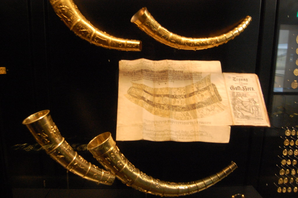 Repliky rohů z Gallehusu s dobovou rytinou
