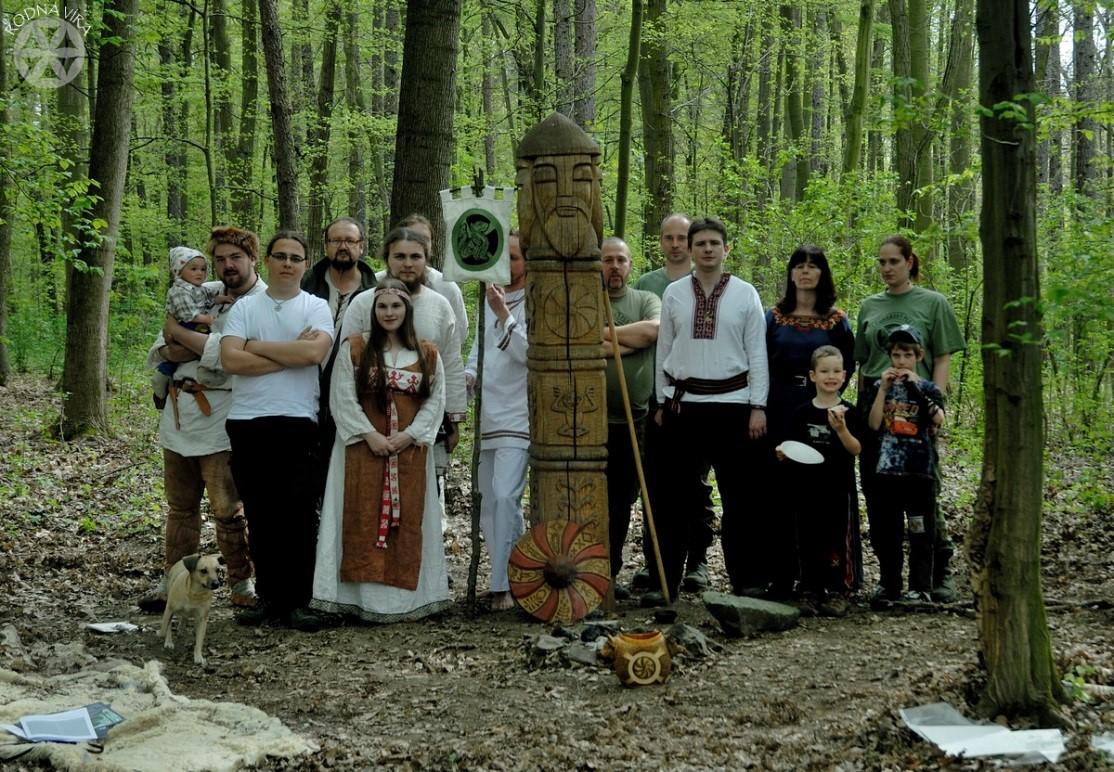 Oslava Jarovítovy slavnosti, 2015 (Vítoslav pátý zprava). V popředí je vidět obřadní nádoba na přípitky zvaná okřín.
